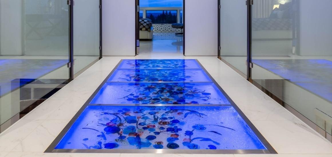 аквариум под стеклянным полом